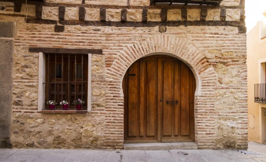 Detalle de fachada de una casa en la Calle Almuzara (judería de Segovia)