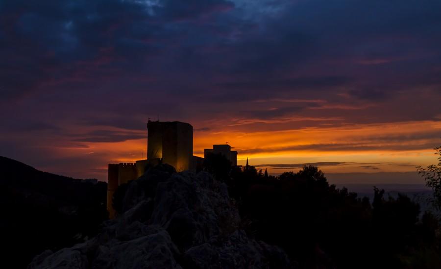 Vista del castillo de Santa Catalina de Jaén al anochecer