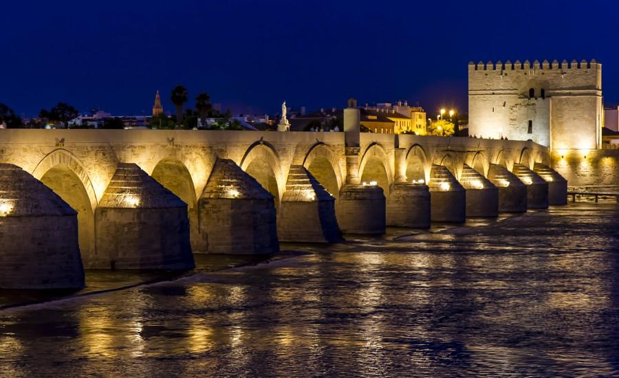 Vista nocturna del Puente Romano y la Calahorra. Córdoba